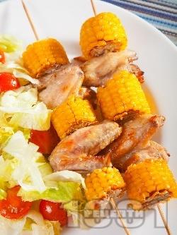 Мариновани пилешки крилца с мед и лимон на шиш с царевица печени на фурна - снимка на рецептата